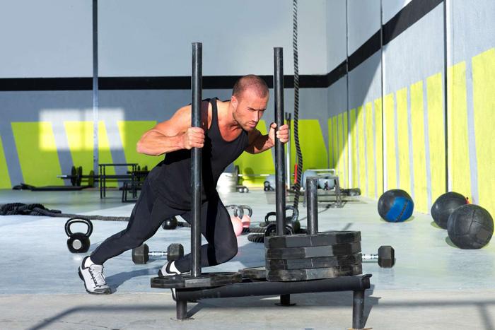 Crossfit Schlitten Drücken mit Gewichten