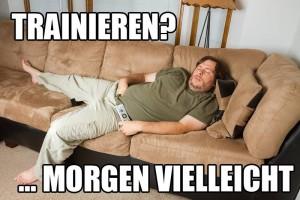 Fetter fauler Mann schläft auf Sofa Trainingsecke
