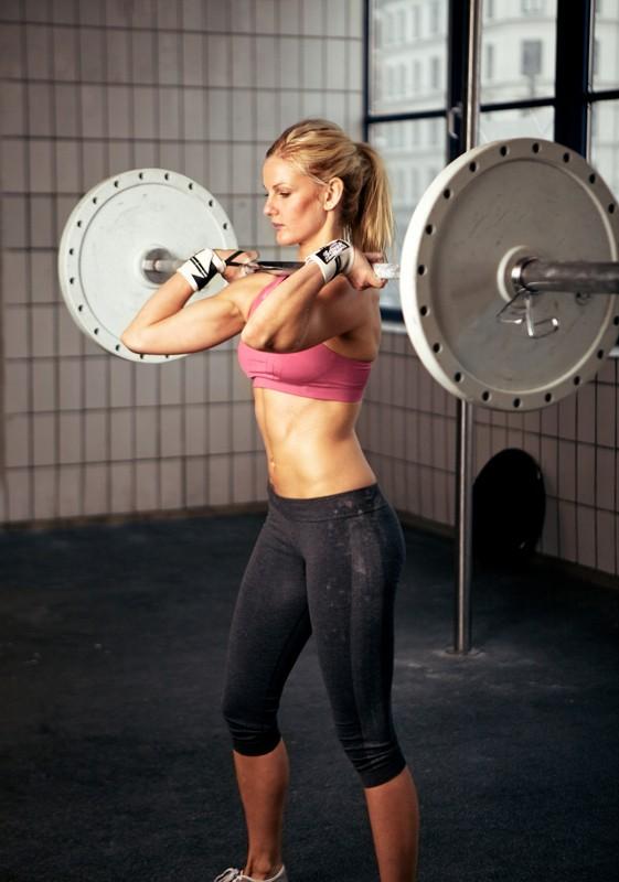 Sportliche Frau Hebt Schwere Gewichte