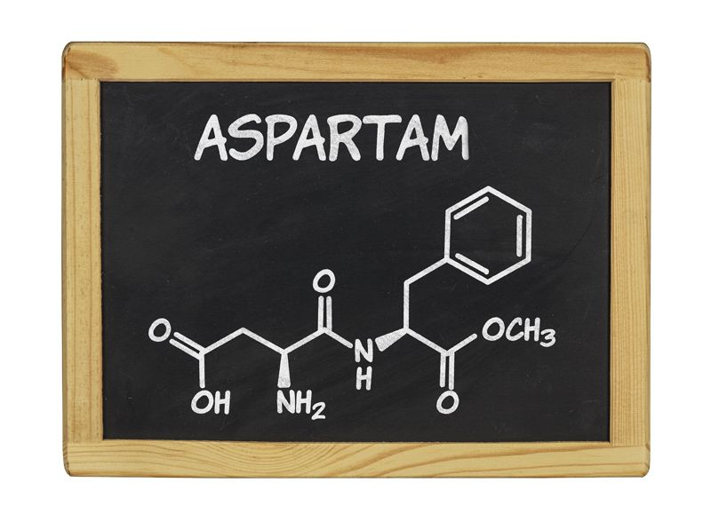Die Molekülstruktur von Aspartam als Chemische Formel an der Tafel